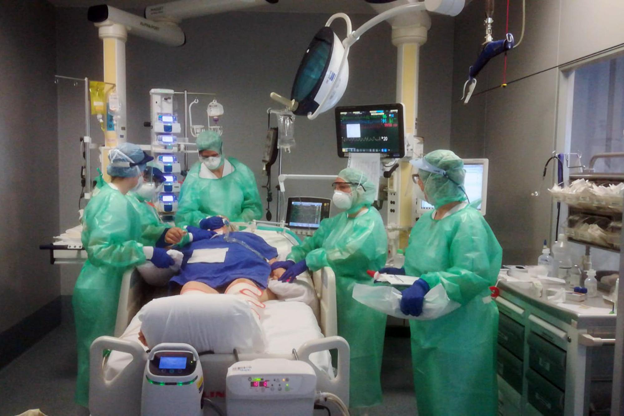신종 코로나바이러스 감염증(코로나19) 환자가 집중 발생한 이탈리아 북부 롬바르디아 주 베르가모 시의 한 병원 집중치료실에서 지난 17일(현지시간) 의료진이 코로나19 중증 환자를 치료하고 있다.