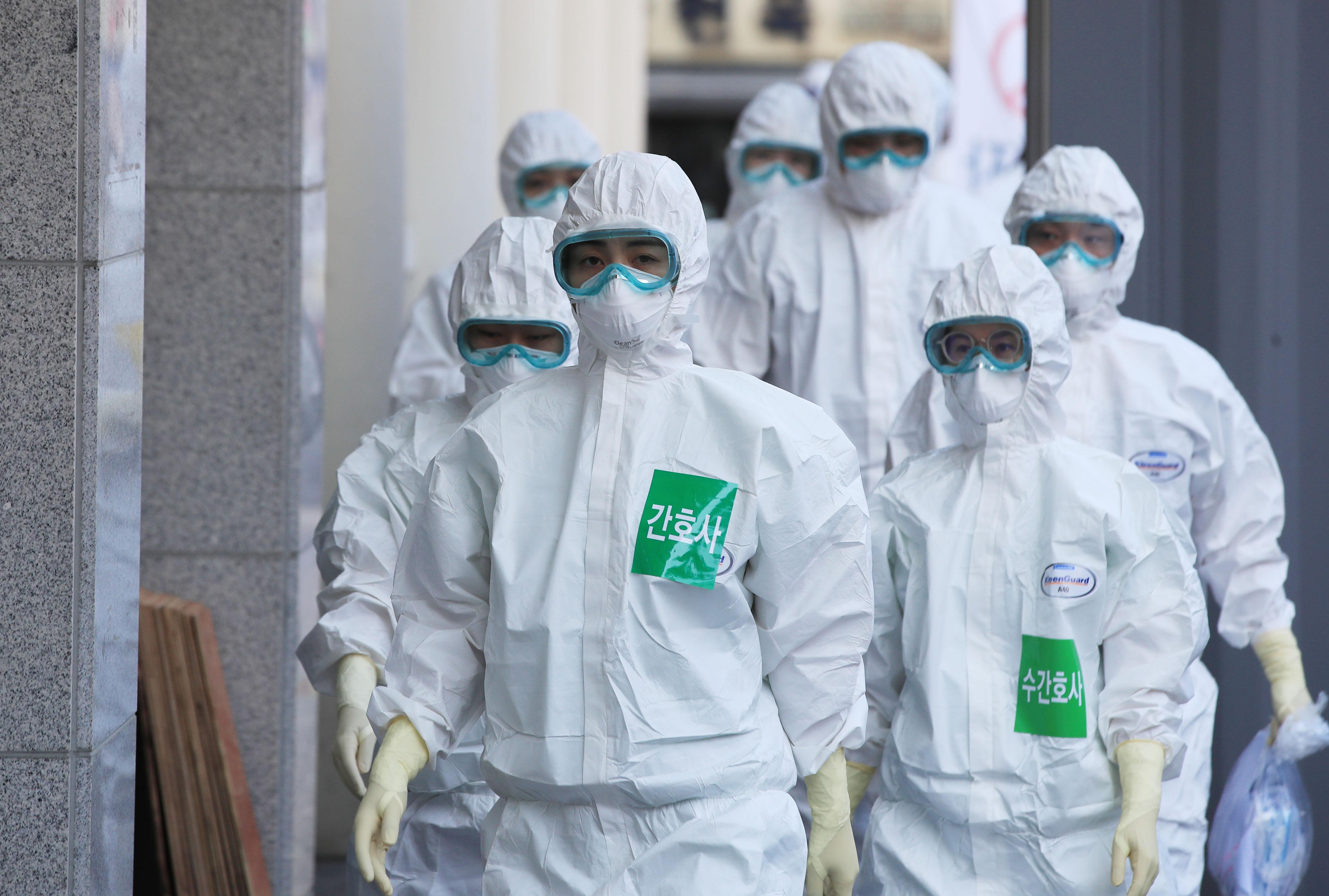 대구시 중구 계명대학교 대구동산병원에서 방호복을 입은 의료진이 병동으로 향하고 있다. 연합뉴스 제공