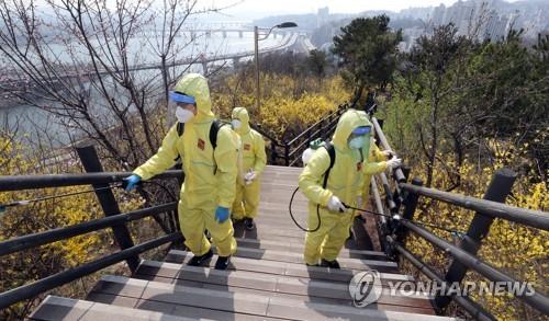 코로나19 방역정책 딜레마…전파차단 '억제' vs 일상복귀 '완화'
