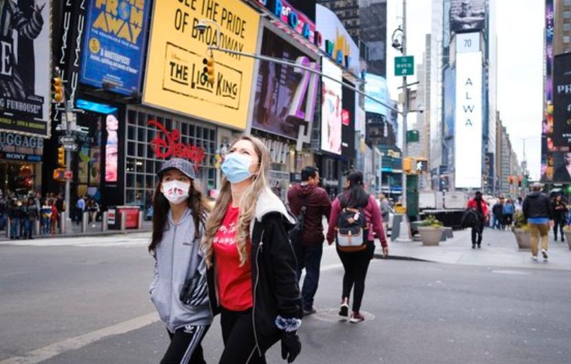 신종 코로나 확산으로 일부 지역 봉쇄령까지 내려진 미국 뉴욕에서 시민들이 마스크를 쓴 채 걷고 있다. EPA/연합뉴스 제공