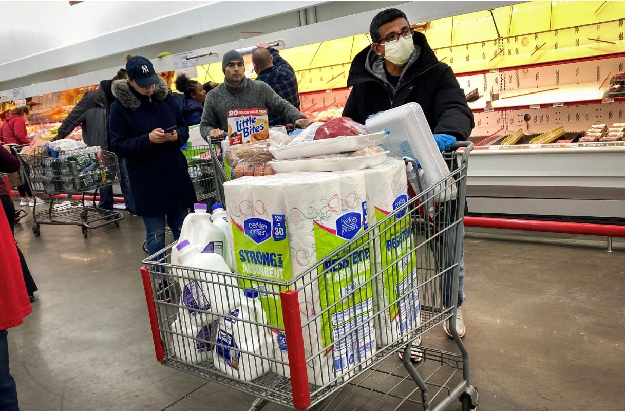 미국의 한 쇼핑몰 매장에서 시민들이 생필품을 사재기 하고 있다. 로이터/연합뉴스