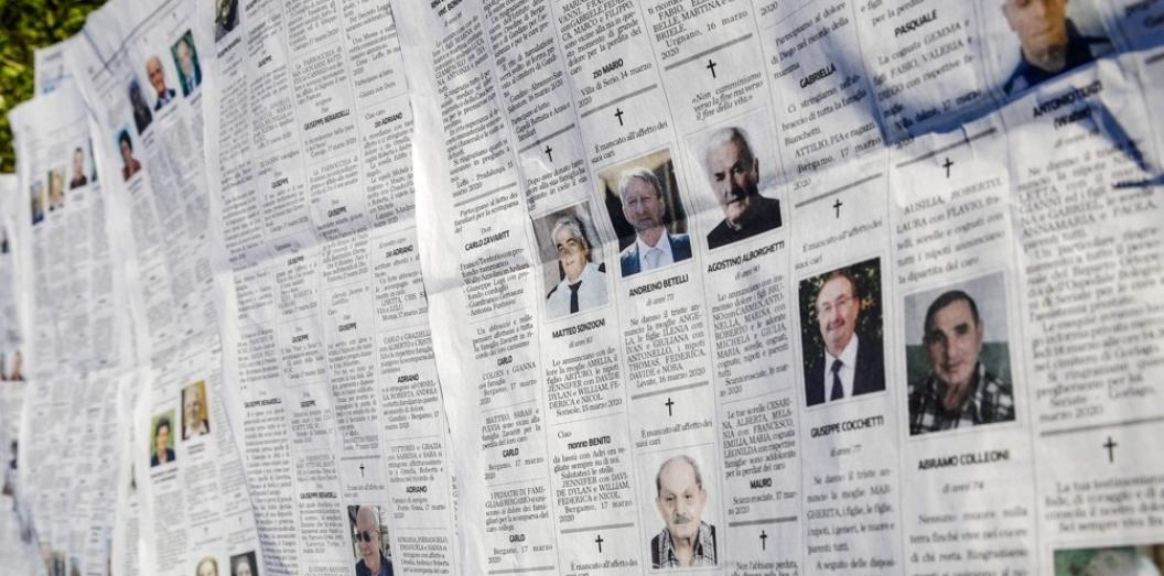 코로나19 부고 기사로 채워진 이탈리아 신문 지면. 이탈리아 북부의 베르가모에서 신종 코로나바이러스 감염증(코로나19) 사망자가 속출하고 있는 탓에 17일(현지시간) 발행된 지역 일간지에 부고 기사가 빽빽하게 게재돼 있다. 베르가모 로이터/연합뉴스 제공
