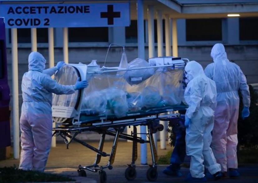 이탈리아 로마의 한 병원에서 16일(현지시간) 신종 코로나바이러스 감염증(코로나19) 환자가 음압형 들것에 실려 옮겨지고 있다. AP/연합뉴스 제공