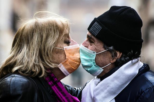 이탈리아 로마에서 한 커플이 마스크를 쓴 채 키스하고 있다. EPA/연합뉴스
