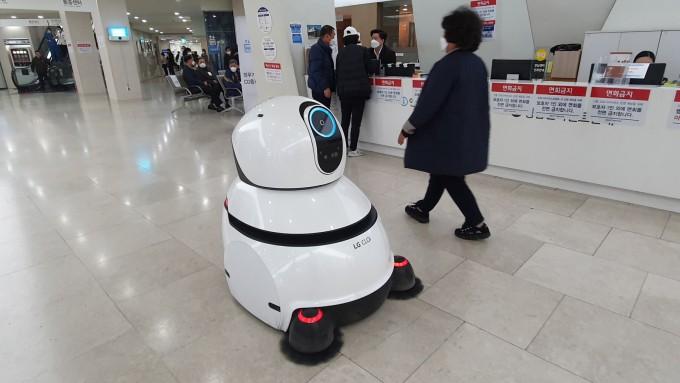 청소로봇에는 공기청정기 필터가 달려있다. 서울대병원 제공