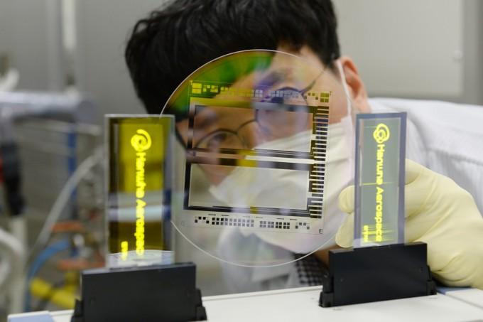 한국전자통신연구원(ETRI)이 유연 소자 시제품을 대신 제작해주는 서비스를 통해 한화에어로스페이스에서 개발한 그래핀 신소재로  그래핀 투명 전극 유연 유기발광다이오드(OLED) 패널을 제작한 모습이다. ETRI 제공