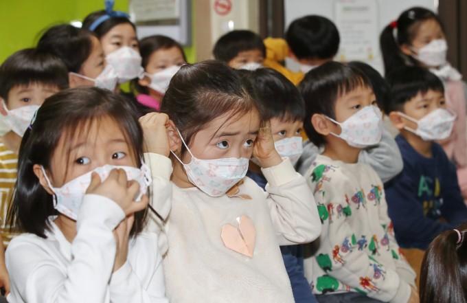 최영준 한림대 의대 사회예방의학교실 교수와 최은화 서울대 의대 소아과 교수가 학교 개학이 신종 코로나바이러스 감염증(COVID-19·코로나19)의 2차 유행을 촉발할 수 있다고 경고했다.연합뉴스 제공