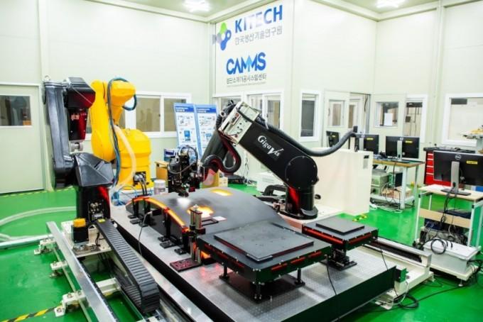 생기원은 기가비스가 개발한 자동광학검사장비에 로봇 팔과 이송시스템을 결합해 검사의 효율을 높였다. 동아사이언스DB