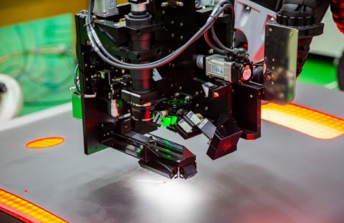 자동광학검사장비로 탄소섬유복합재의 구멍(홀)을 검사하는 모습이다. 동아사이언스DB