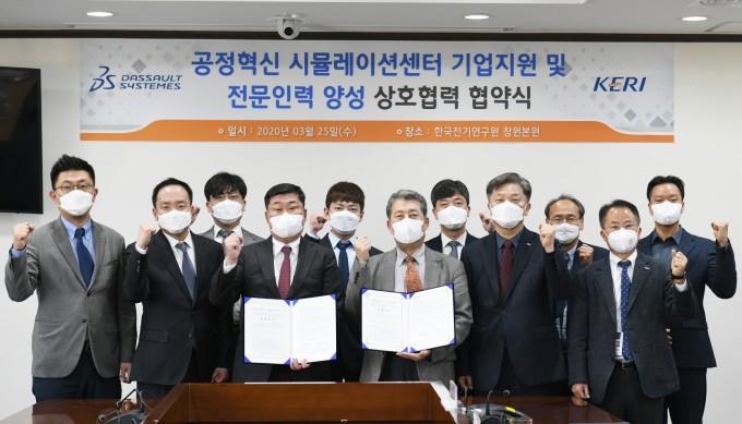조영빈 다쏘시스템코리아 대표이사(왼쪽), 최규하 한국전기연구원 원장(오른쪽)을 비롯한 실무자들이 협약식 기념사진을 찍었다. 한국전기연구원 제공.