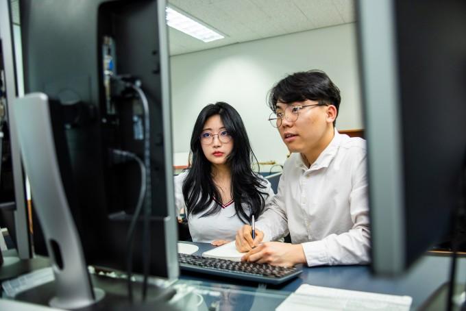 AI 기술을 이용해 질병을 예측하거나 생명정보를 분석하는 알고리즘을 개발하는 이현주 광주과학기술원(GIST) AI대학원 교수 연구실의 학생들이 컴퓨터로 연구를 하는 장면이다. 현진 제공