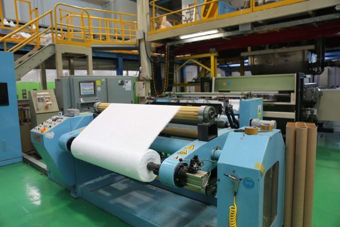 한국생산기술연구원의 마스크필터 파일럿 생산 설비의 모습이다. 정부는 이를 활용해 마스크 공급에 필요한 멜트블로운 필터를 추가 생산하기로 했다. 과학기술정보통신부 제공