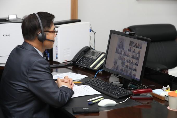 정병선 과기정통부 1차관이 한국연구재단과 영상회의를 하고 있다. 과기정통부 제공.
