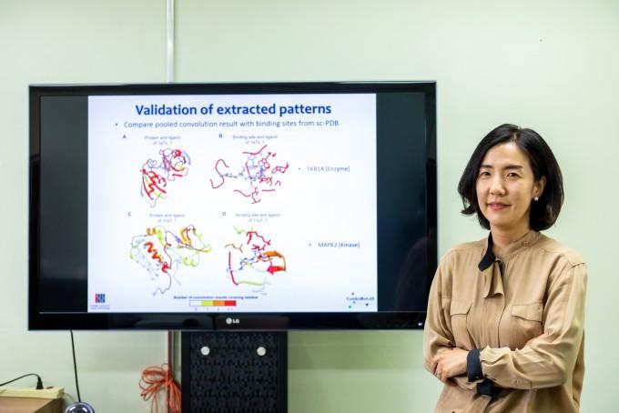 신약개발 과정에 AI를 도입하는 연구를 하고 있는 남호정 GIST 교수가 대표적인 연구 결과를 보여주는 모니터 앞에 섰다. 단백질 FKBP12과 MAPKAPK2를 AI로 해석해 화합물이 더 잘 결합하는 지역을 찾았다. 붉은색으로 갈수록 결합이 강한 지역이다. 이 연구 결과는 한국화학연구원 등과 함께 빅데이터 및 AI 기반 신약개발 플랫폼으로 구축됐다. 현진 제공