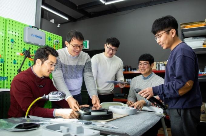 이혜진 센터장과 디지털제조스튜디오 직원들이 디지털 제조 장비를 살펴보고 있다. 동아사이언스DB