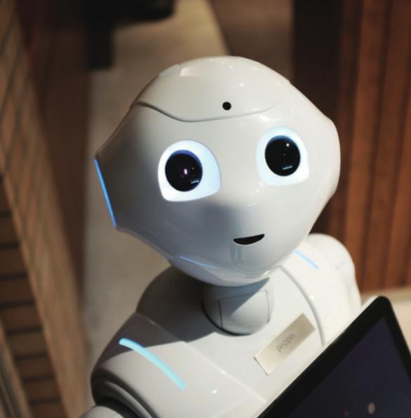 ″비타민은 챙겨 드셨어요?″ 식으로 대화와 감정 임식이 가능한 일본 소프트뱅크사의 인공지능(AI)로봇 ′페퍼′. 과학덕후들은 AI 로봇을 이용해 어린이 노인 등 사회취약계층의 복지를 증진하는 공약을 쏟아냈다.