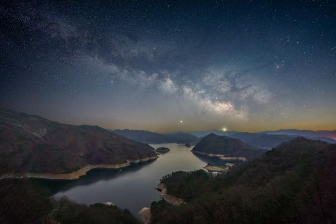 은상 수상작 ′지평선 위아래로 강이 흐른다(서영균)′. 지평선을 사이에 두고 소양호 하늘 위로 떠있는 은하수를 촬영했다. 천문연 제공
