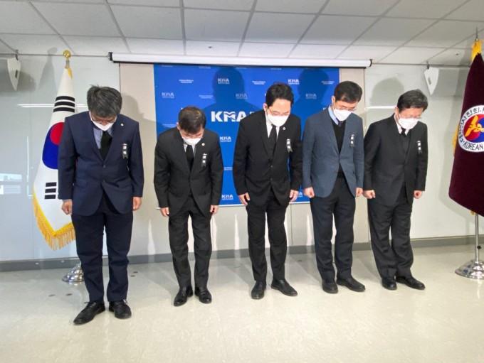 대한의사협회는 4일 서울 용산구 임시회관 7층 대회의실에서 신종 코로나바이러스 감염증(COVID-19·코로나19)로 희생된 의료진을 추모하기 위한 묵념을 진행했다. 대한의사협회 제공