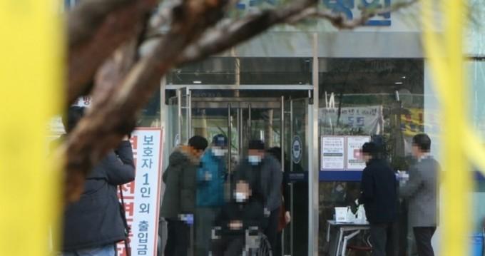 코호트 격리 해제 통보를 받은  격리자들이 병원을 나서고 있다. 연합뉴스 제공