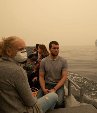 호주 해군함정으로 산불 피해지역 주민들이 인근해상을 통해 대피하고 있다. EPA/연합 제공