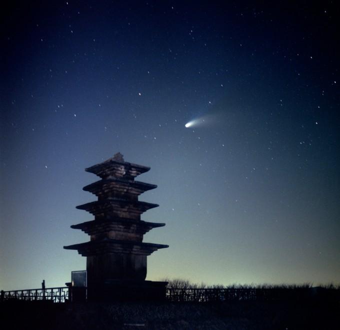 동상 수상작 ′왕궁탑과 헤일 밥 혜성 (정희창)′  수십 년 동안 관측된 혜성들 중 가장 밝은 혜성인 헤일밥 혜성을 1997년 3월 31일 당시 필름 카메라로 촬영했다. 천문연 제공