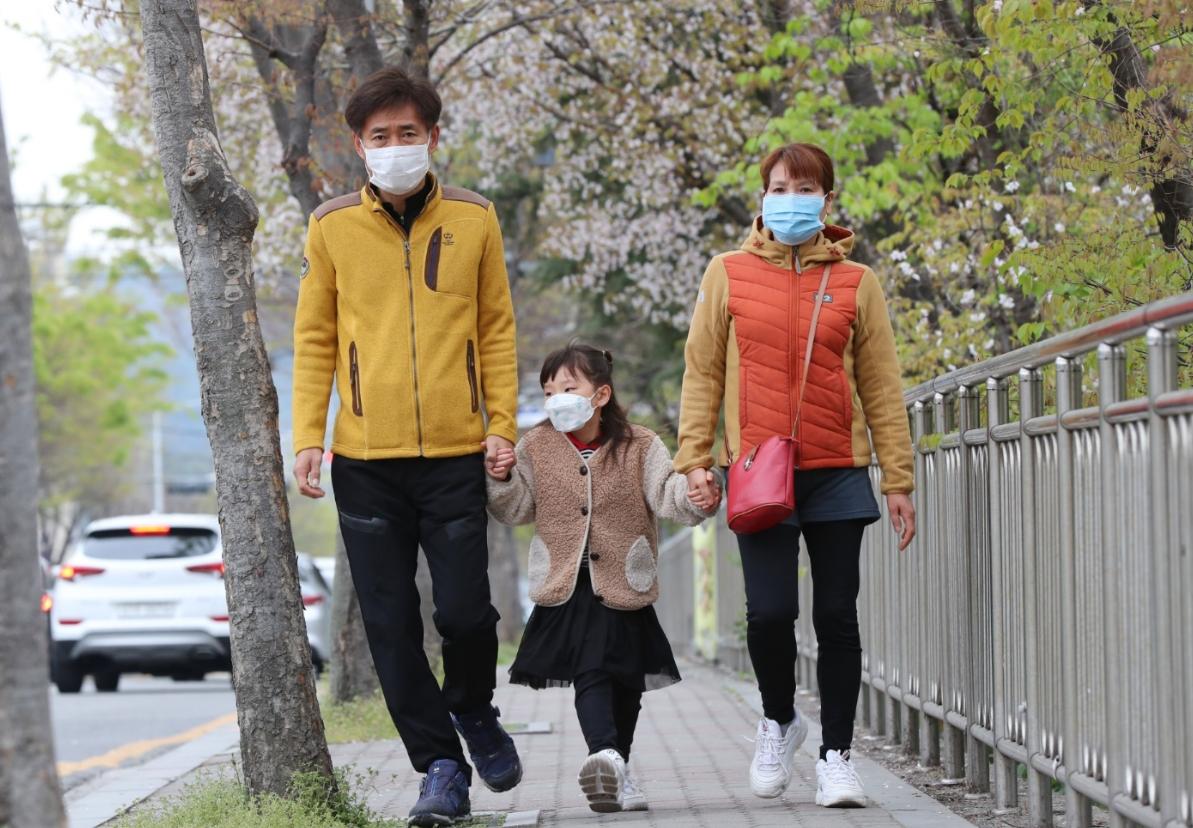 광주 북구 운암동에서 유권자인 부모가 자녀 손을 잡고 투표소로 향하고 있다. 연합뉴스 제공