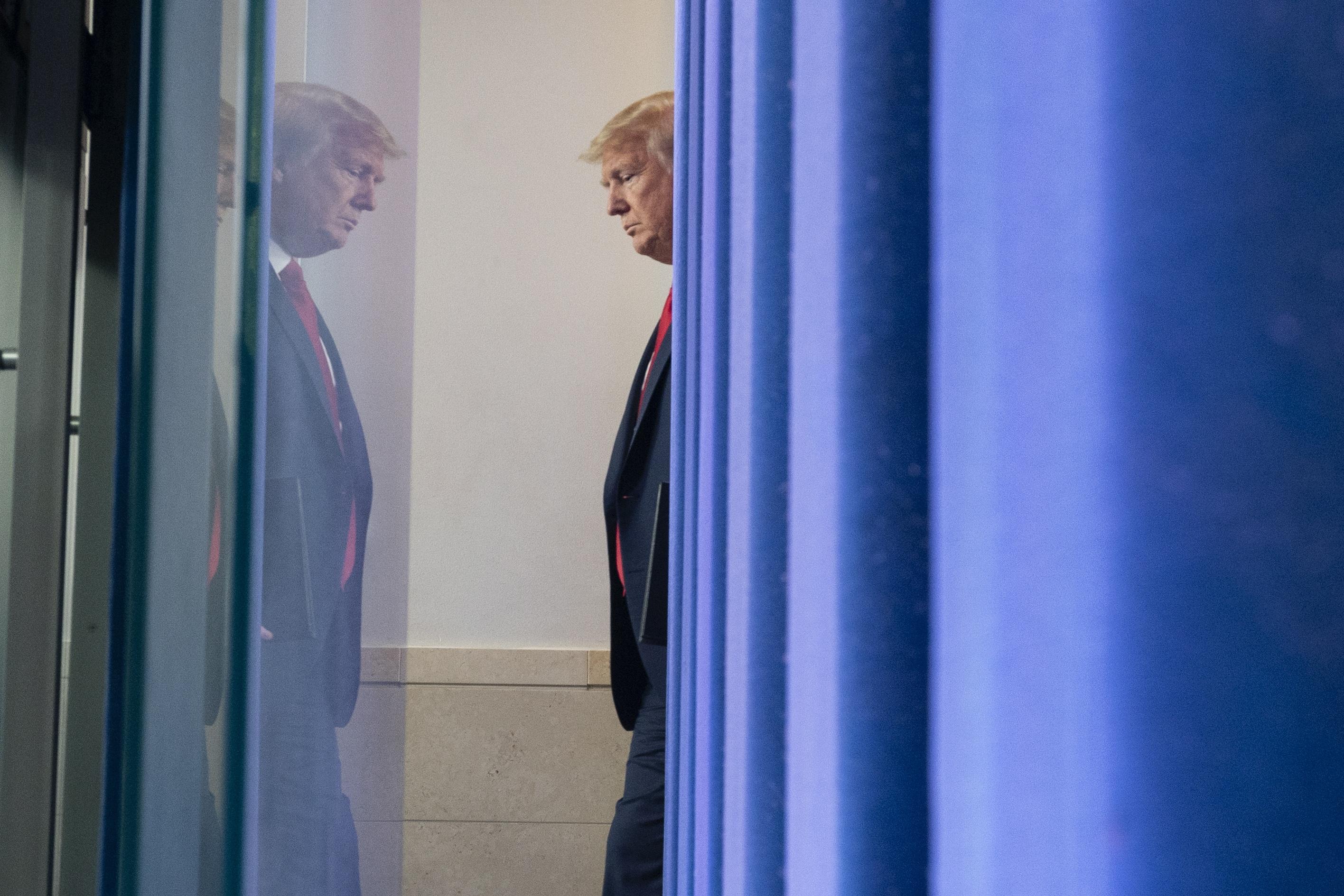 코로나19 대응 기자회견장 도착하는 트럼프 대통령. AP/연합뉴스 제공