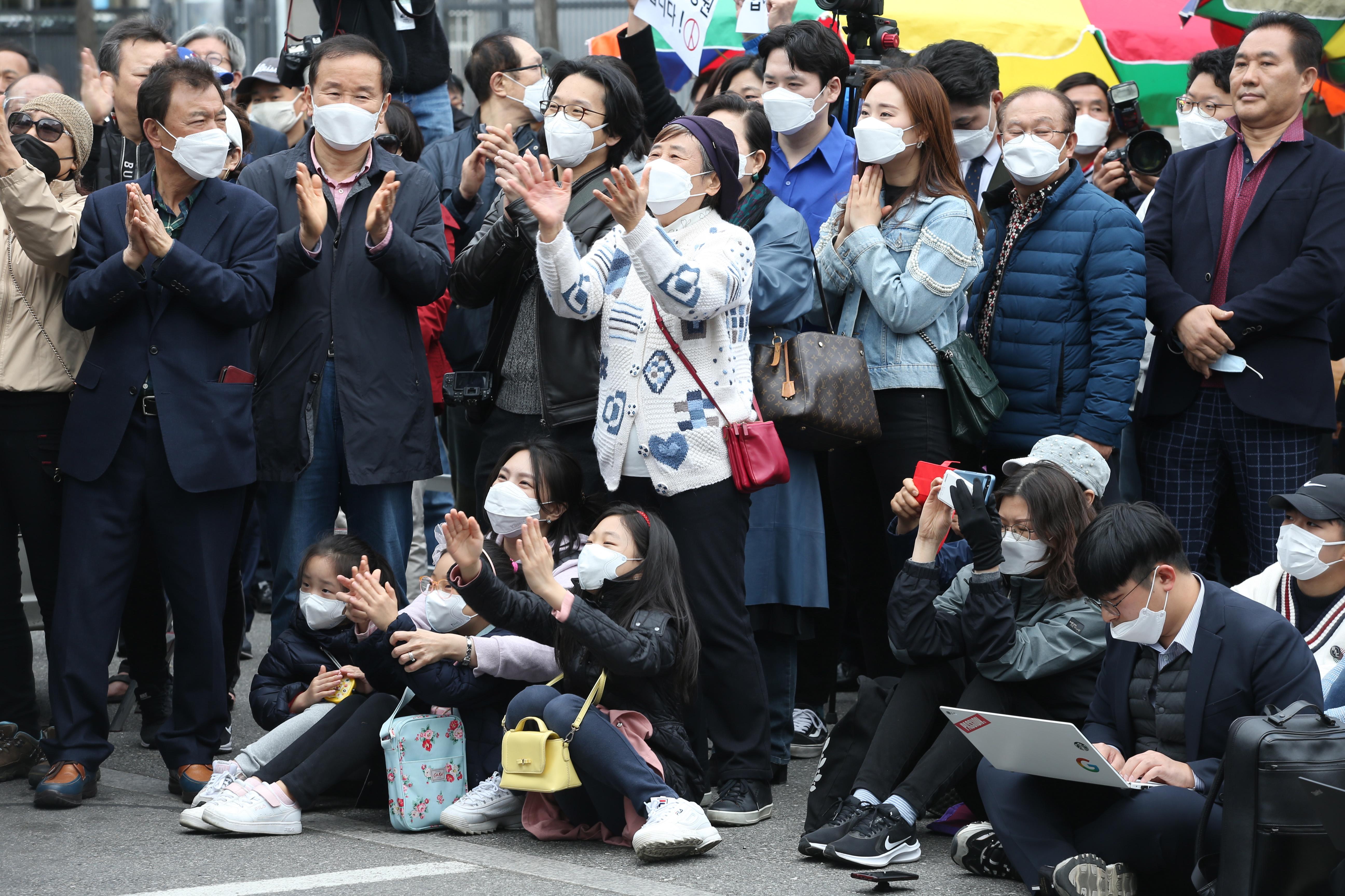 4.15 총선 유세현장에서 유권자들이 환호하는 모습이다. 연합뉴스 제공
