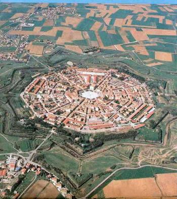 이탈리아의 팔마노바는 중세에 흑사병을 겪은 유럽이 건설한 일종의 계획도시다. ′이상도시′라고 불리는 도시로, 외침을 막기 위한 요새도시지만, 도시 전문가들은 이 도시가 감염병으로부터의 수호할 목적으로도 만들어졌다고 말한다. 위키미디어 제공