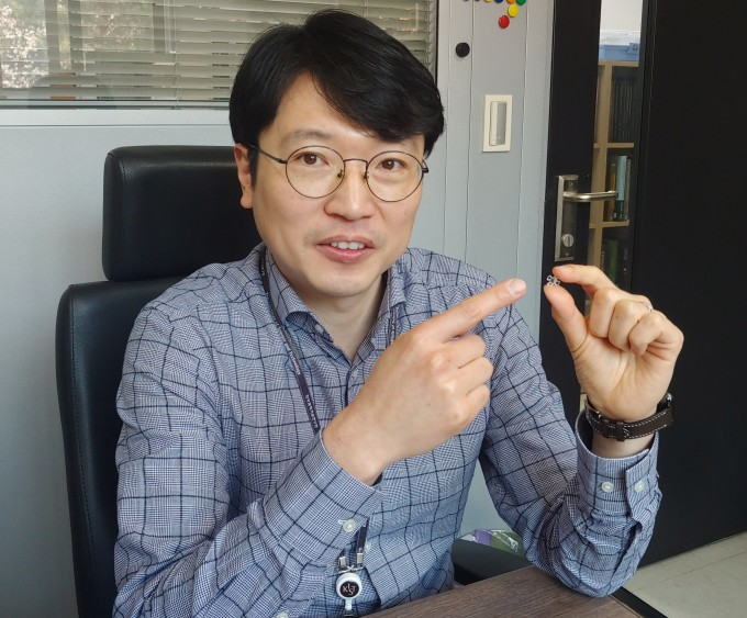 전호정 책임연구원이 인공수정체에 대해 설명하고 있다. 조승한 기자 shinjsh@donga.com