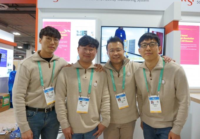 이택진 KIST 책임연구원(왼쪽 세번째)이 연구팀과 함께 올해 1월 미국 라스베이거스에서 열린 소비자가전전시회(CES)에 참여했다.