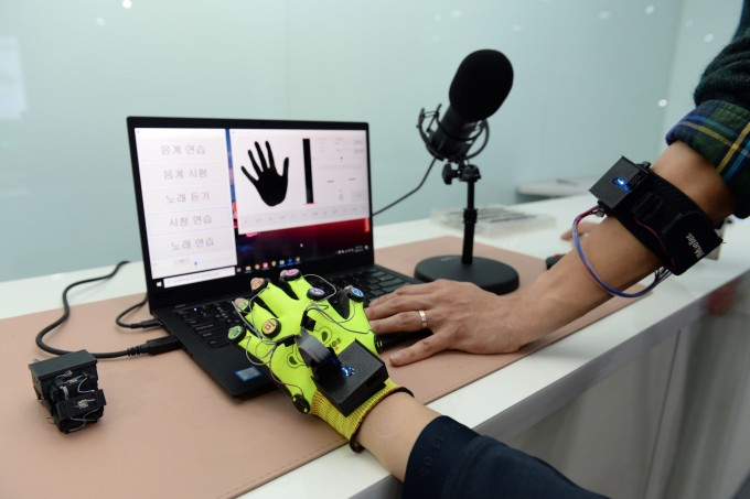 한국전자통신연구원(ETRI)은 주위 소리와 자신 목소리의 음높이(피치)를 분석해 촉각 신호로 전달해주는 '촉각 피치 시스템'을 개발했다. 한국전자통신연구원 제공