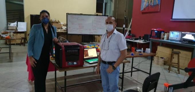 아순시온 국립대학 프로젝트팀이 과기정통부와 한국정보화진흥원이 기증한 3D 프린터를 이용해 마스크를 제작하고 있다. 제작된 마스크는 모두 현지 병원에 기증되고 있다. 과기정통부 제공.