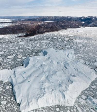 그린란드 디스코 만에서 커다란 빙하가 녹아 떠내려 가는 모습이다. 전 세계 96명 연구자가 참여한 빙하질량균형비교운동(IMBIE) 연구팀은 그린란드 빙하가 1990년대보다 7배 빠르게 녹고 있다고 보고했다. 워싱턴대 제공