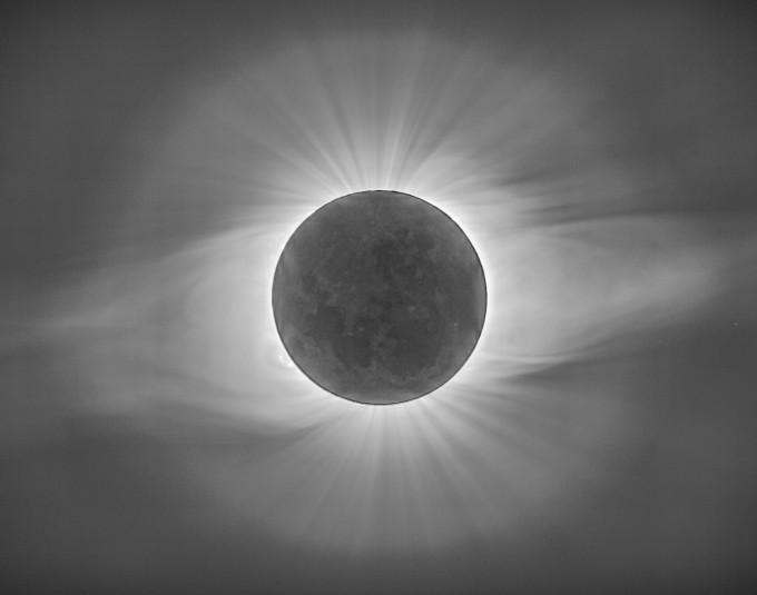 태양계 분야 금상 수상작인 ′태양을 가린 달과 코로나의 춤(김동훈)′. 2019년 7월 칠레에서 촬영한 개기일식. 달이 지구와 태양 사이를 지나면서 태양의 전체를 가리는 장면이다. 개기일식 중에만 볼 수 있는 코로나의 화려한 모습을 다중 노출을 통해 표현했다. 천문연 제공