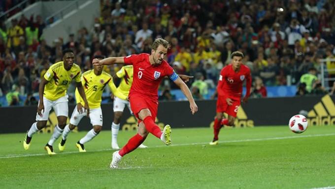 2018년 열린 러시아 월드컵 16강전 잉글랜드 대 콜롬비아 경기에서 잉글랜드 공격수 해리 케인이 페널티킥을 차는 모습이다. 영국축구협회 제공