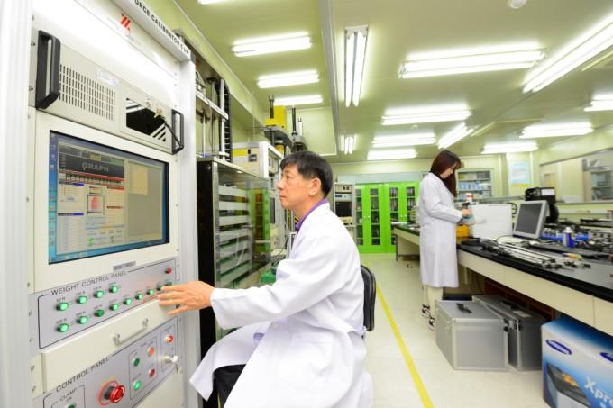 재료연구소에서 시험검사를 실시하고 있는 모습이다. 재료연구소 제공