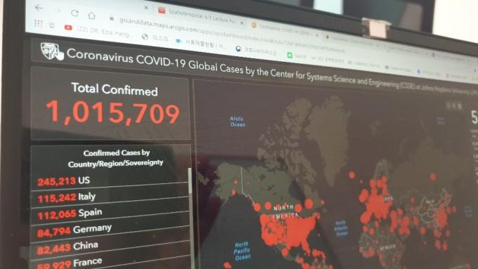 신종코로나바이러스감염증(COVID-19 코로나19) 환자가 전세계적으로 100만명을 넘어섰다. 중국에서 첫 환자가 발견된지 넉달만이다. 박근태 기자 kunta@donga.com