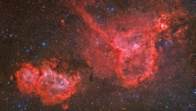 은상 수상작 ′Heart and Soul Nebula(정병준)′  하트성운과 태아성운을 한 장의 사진에 담기 위해서 따로 촬영한 후 합성했다. 별의 색을 자연스럽고 화려하게 처리하면서도 성운의 구조를 잘 나타내고자 했다. 천문연 제공
