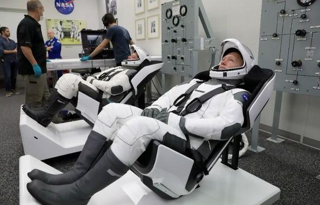 미국항공우주국 소속 우주인인 도우 헐리(오른쪽)와 봅 벤켄이 크루드래건 캡슐 탑승에 앞서 훈련을 받기위해 기다리고 있다. 스페이스X 제공