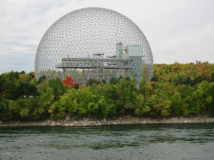 미국의 건축가 버크민스터 풀러(Buckminster Fuller)가 캐나다 몬트리올에 건설한  지오데식 돔은 대표적인 텐세그리티 구조물이다. 가는 부재를 기하학적 규칙에 따라 연결해 거대한 구조물을 완성할 수 있다. 이 구조를 이용해 안전을 위한 대피공간 등을 만들 수 있을 것으로 기대된다. 위키미디어 제공