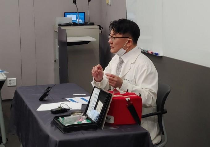 이희영 대한줄기세포치료학회장이 기자회견을 진행하고 있다. 라이징팝스 제공