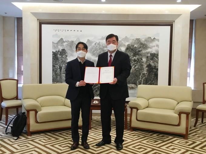 싱하이밍 주한 중국대사(오른쪽)가 폐질환 AI 검사장비를 기증한 김동민 제이엘케이 대표에게 감사장을 수여하고 있다. 제이엘케이 제공