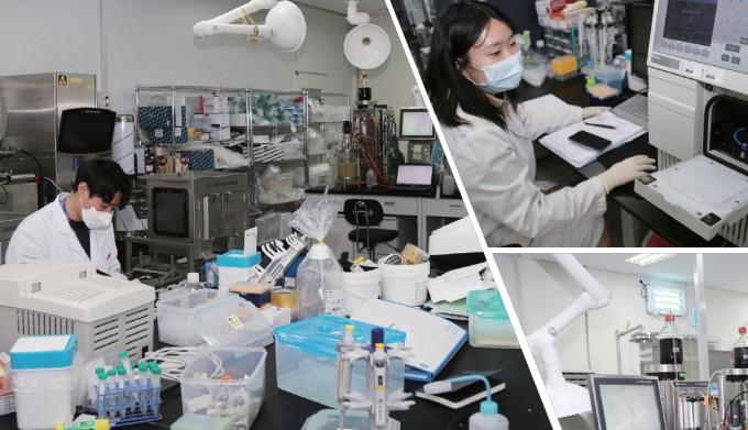 (좌) 제넥신 유전자생산기술연구소에서 연구원이 대장균의 배양 결과를 확인하고 있다. 이 대장균에는 코로나19 백신을 만들기 위한 바이러스 항원 유전자가 삽입돼 있다. (우) 연구원이 고성능 액체 크로마토그래피(HPLC)를 이용해 바이러스 항원 유전자가 포함된 플라스미드를 정제하고 있다. 이병철 기자=alwayssame@donga.com