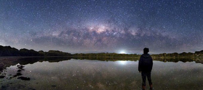 지구와 우주분야 금상 수상작인 ′Lost in Space(이원정)′서호주의 작은 섬 로트네스트에서 지평선에 수평으로 걸려 있는 커다란 은하수의 모습을 파노라마로 촬영했다. 천문연 제공