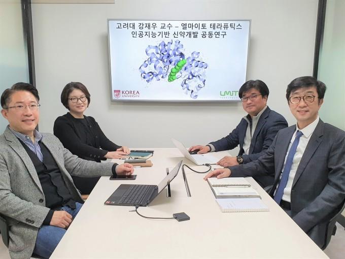 왼쪽부터 강재우 고려대 컴퓨터학과 교수, 엘마이토 테라퓨틱스 이은주 상무, 홍용래 부사장, 이휘성 대표. 고려대 제공