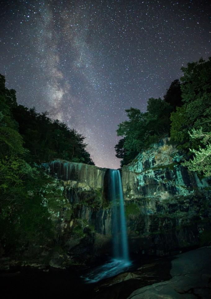은상 수상작 ′은하수 폭포(추지혁)′. 합천군 황계폭포 아래서 하늘에서 폭포처럼 흐르는 은하수를 함께 촬영했다.  천문연 제공