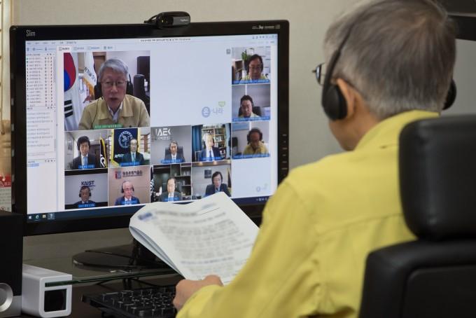 최기영 과학기술정보통신부 장관이 이달 7일 세종 집무실에서 과학기술계 기관장들과 코로나19 위기 극복을 위한 대책을 논의하는 온라인 간담회를 갖고 있다. 과학기술정보통신부 제공