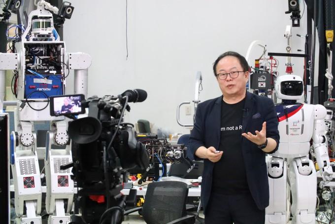 오준호 KAIST 기계공학과 석좌교수가 대전 유성 KAIST 캠퍼스 내 휴보랩에서 유튜브를 통해 온라인 강연을 진행하고 있다. 동아사이언스