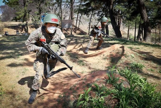 육군 훈련병이 코로나19 감염을 막기 위해 마스크를 쓴 채 훈련을 받고 있는 모습이다. 육군훈련소에서는 재빠른 검사를 위해 취합 검사법이 사용된다. 육군훈련소 홈페이지